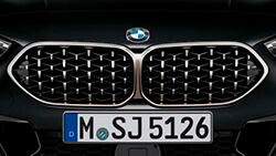 Решетка радиатора BMW в сетчатом дизайне.