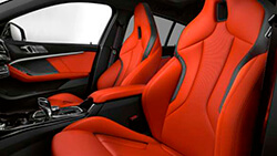 Спортивные сиденья М для водителя и переднего пассажира.